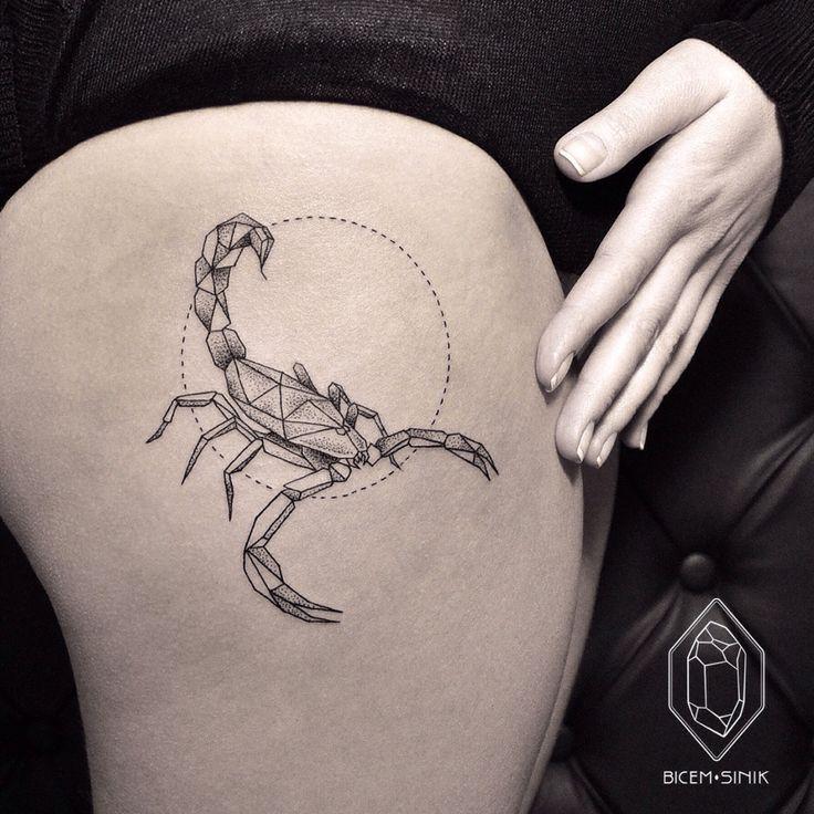 tatouage femme scorpion style sur le haut de la cuisse hanche