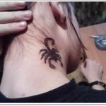tatouage femme scorpion sur le cote du cou