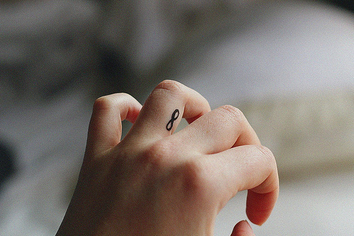tatouage infini femme doigt cote droit de l annulaire droit