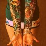 tatouage manchette feminin 2 bras tatoués et colorés avec fleurs etoiles rose des vents