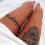 tatouages femme 2 cuisses phrase en elfique et tete de mort calavera