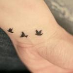 exemple tatouage poignet femme 3 oiseaux s envolant