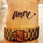 exemple tatouage poignet femme mot italien amore
