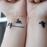exemple tatouages 2 poignets femme oiseau