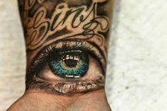 idee tattoo poignet photorealiste oeil et mot