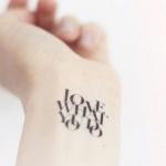 idee tattoo poignet phrase lettres capitales