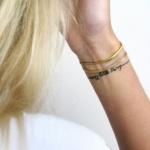 modele tatouage phrase forme bracelet discret autour du poignet