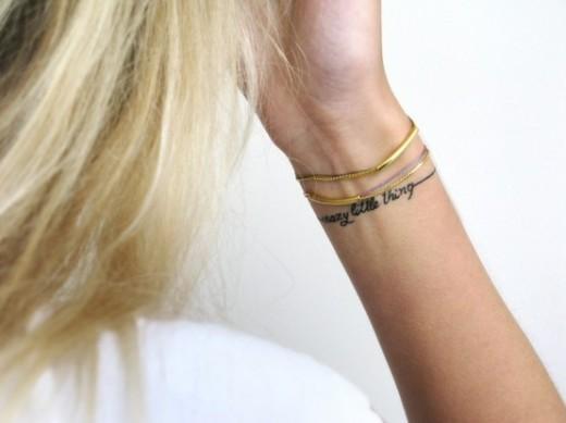modele tatouage phrase forme bracelet discret autour du poignet tatouage femme. Black Bedroom Furniture Sets. Home Design Ideas