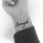 modele tatouage poignet mot anglais strength