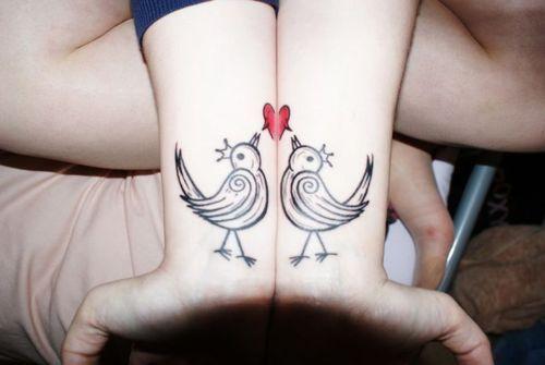 modele tatouages 2 poignets reunis formant un coeur avec 2 oiseaux