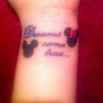 petit tatouage poignet mickey et minnie phrase