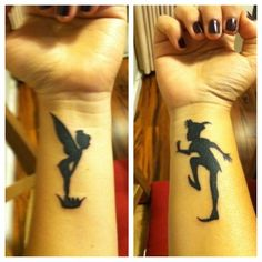photo 2 tattoos feminins poignet fee clochette et peter pan