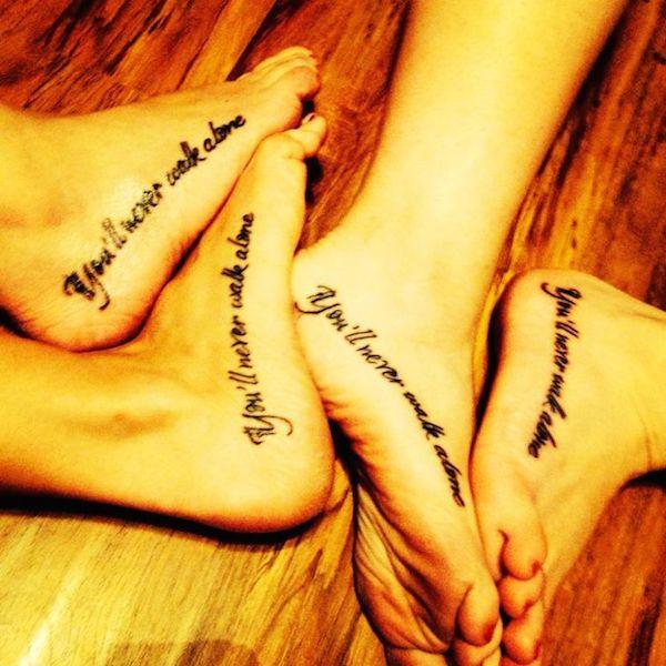 photo tattoo feminin phrase en anglais pied