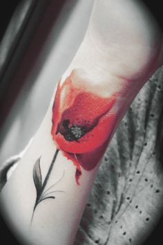 photo tattoo feminin poignet coquelicot rouge style aquarelle