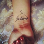 photo tattoo feminin poignet fashion avec cintre