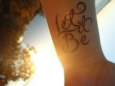 photo tattoo feminin poignet phrase let it be sur 2 lignes