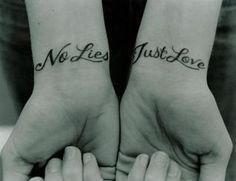 photo tattoos feminin 2 poignets 2 phrases