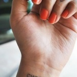 poignet tatouage femme phrase avec coeur
