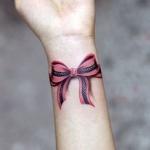 tatouage bracelet femme poignet noeud papillon rose et noir