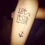 tatouage femme phrase avec ancre marine