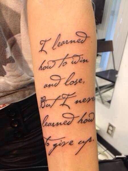 tatouage femme phrase bras script sur 6 lignes
