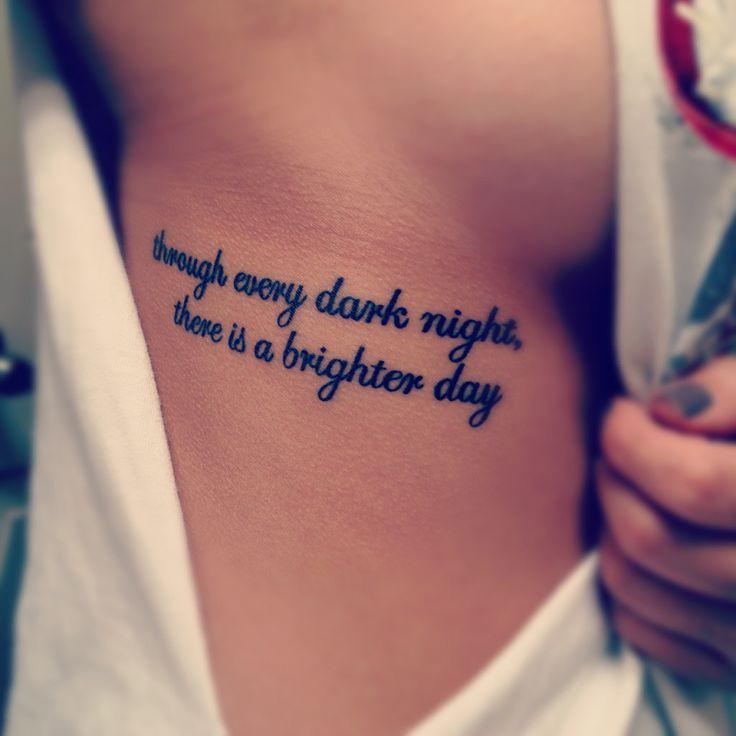 tatouage femme phrase citation sous le sein au niveau du flanc