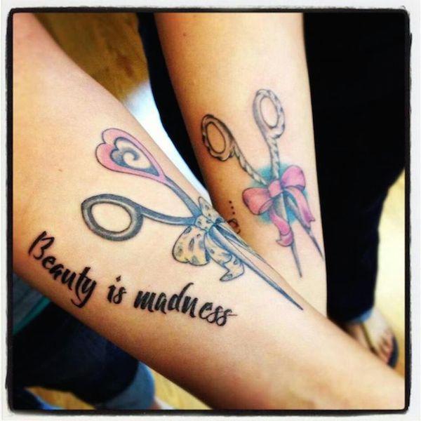 tatouage femme phrase en anglais avec ciseau