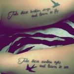 tatouage femme phrase interieur du haut du bras avec une hirondelle