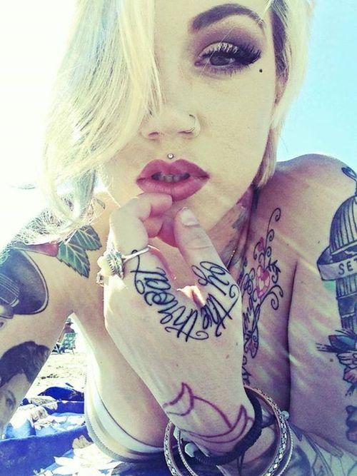 tatouage femme phrase sur la main du pouce a l index tatouage femme. Black Bedroom Furniture Sets. Home Design Ideas