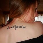 tatouage phrase amour fille sur le haut du dos et centre