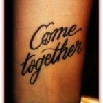 tatouage poignet femme phrase en anglais come together