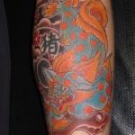 dragon a pattes de lion femme a tatouer