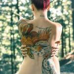 exemple tatouage phoenix femme couleurs rouge orange jaune dos avec attrape reve