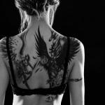 exemple tatouage phoenix femme dos avec etoiles