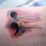 exemple tatouage point virgule femme aquarelle avec hirondelles