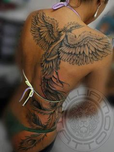 exemple tattoo phoenix femme dos grandes ailes ouvertes