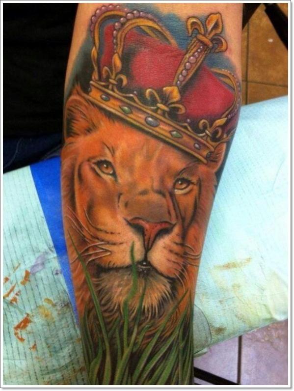 modele tatouage lion avec couronne de roi
