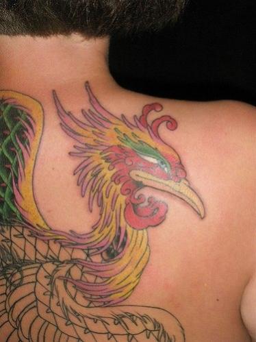 phoenix de profil tatouage femme sur le dos