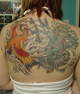 phoenix tatouage femme japonais face a un dragon
