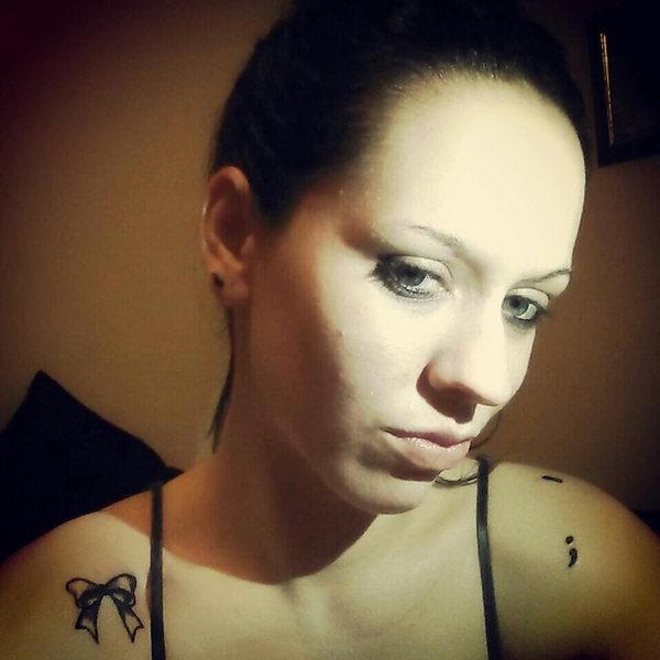 photo petit tattoo feminin point virgule epaule