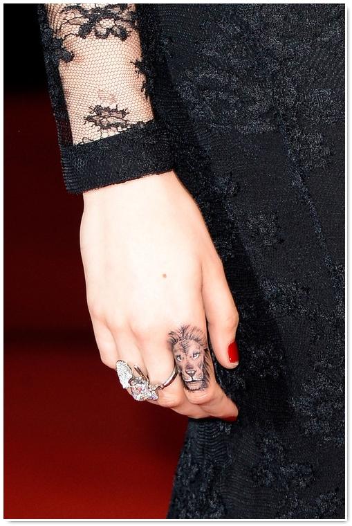 photo tatouage lion femme doigt