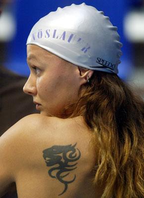 photo tatouage tete de lion femme omoplate