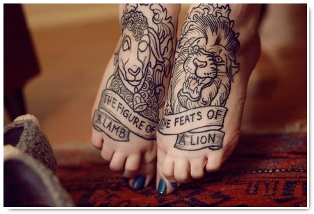 photo tattoo feminin lion contour pied avec phrase tatouage femme. Black Bedroom Furniture Sets. Home Design Ideas