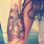 photo tattoo feminin phoenix avec ailes tres reussies avant bras