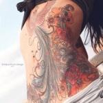 photo tattoo feminin phoenix magnifiques ailes et belles couleurs sur le ventre