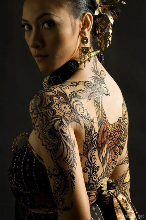 photo tattoo feminin phoenix style mandala dans le dos