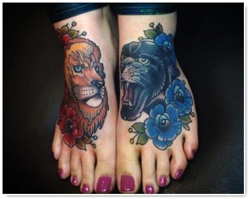 photo tattoo feminin tetes de lion pied gauche et tete de panthere pied droit