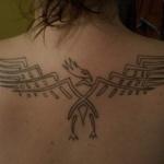 tatouage femme phenix style egyptien centre du haut du dos