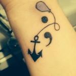tatouage femme point virgule ancre et ballon