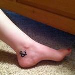 tatouage femme point virgule cheville